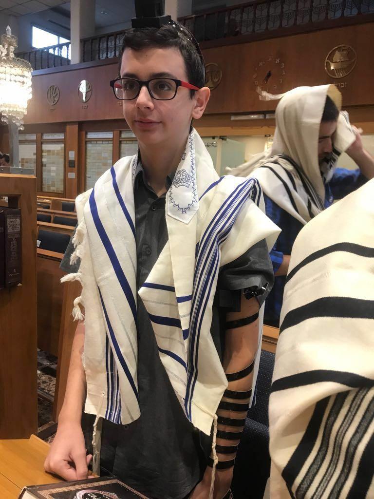 וככה זה נראה בבית הכנסת. טקס הבר מצווה בליווי צהר
